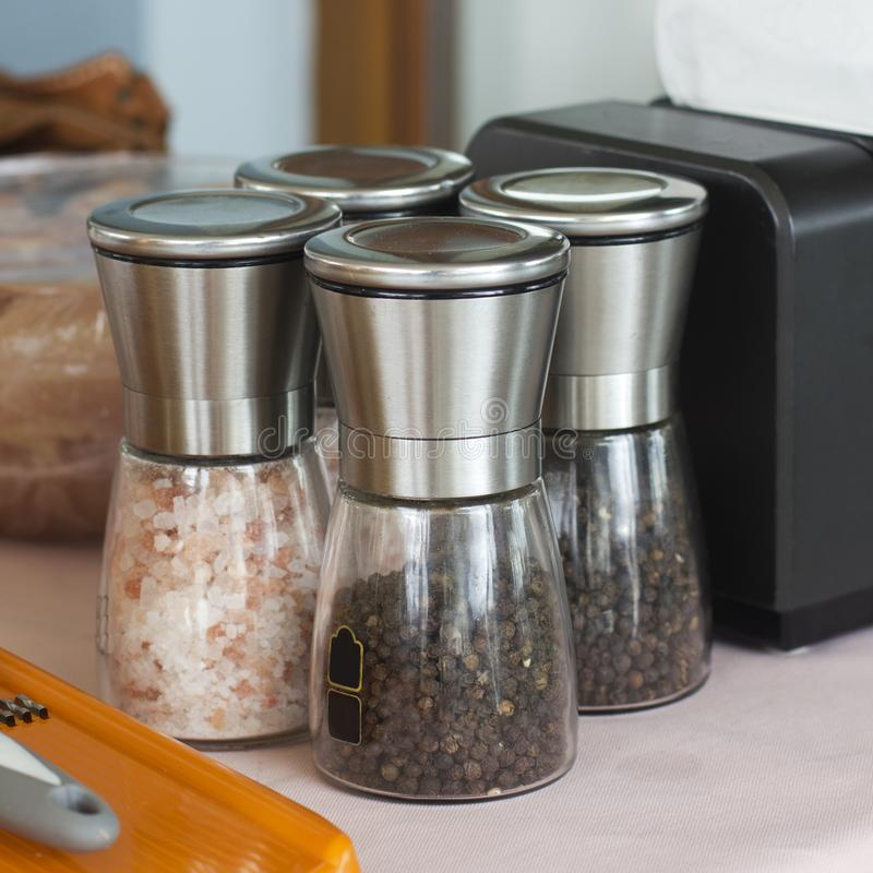 стекло jars специи Черные перчинки, гималайское соль стоковые фотографии rf