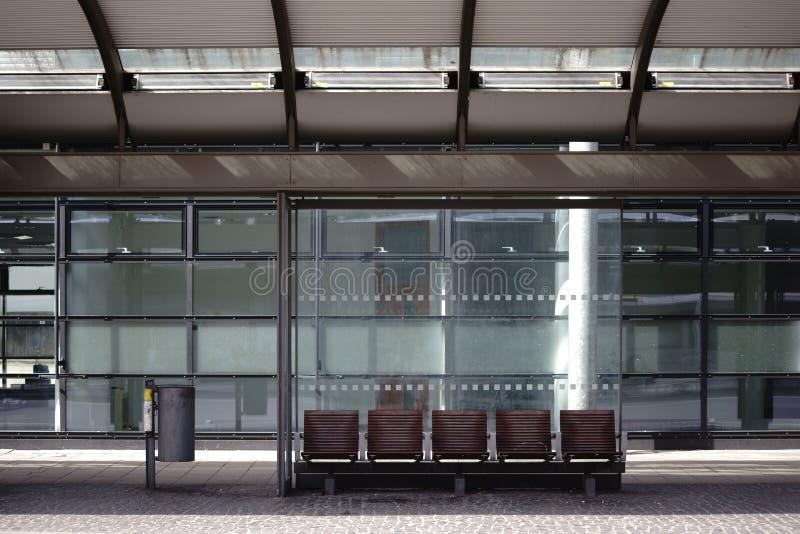 Стеклянная автобусная остановка укрытия стоковые изображения