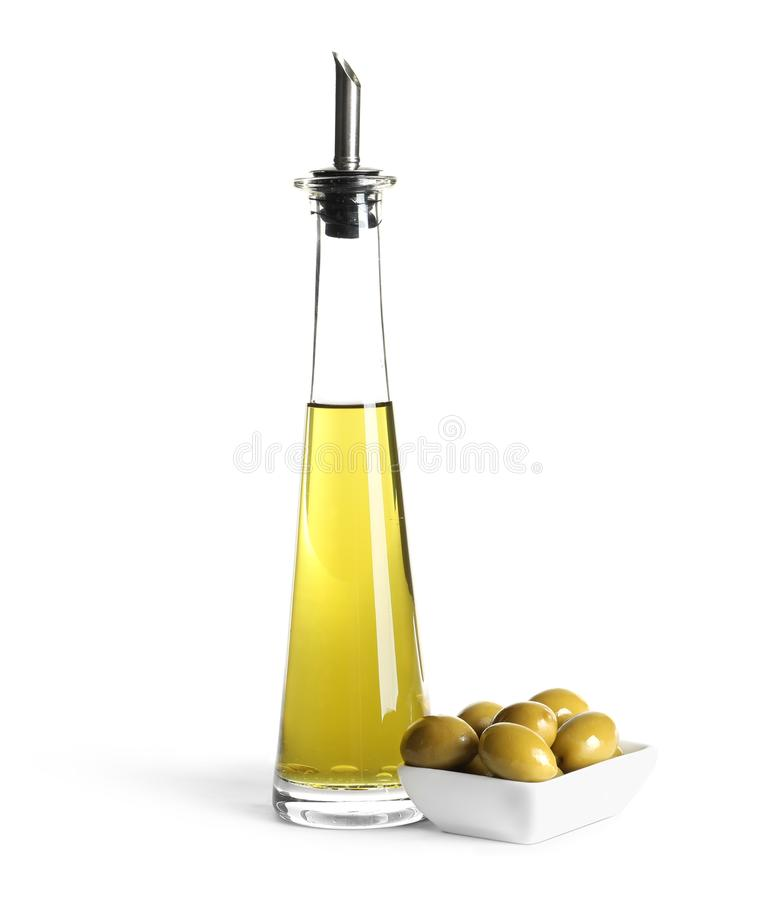 Стеклянная бутылка с свежим оливковым маслом стоковое изображение