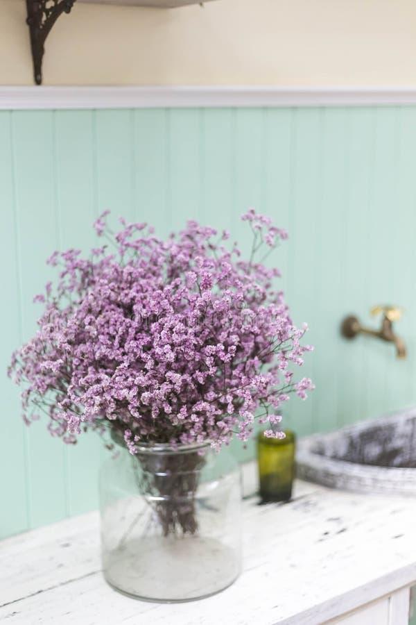 Стеклянная ваза с фиолетовыми цветками стоковая фотография rf