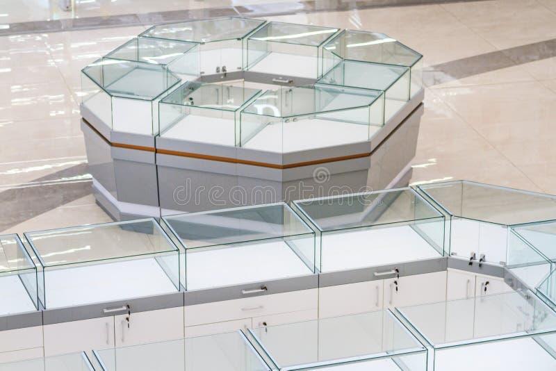 Стеклянная витрина для продавать ювелирные изделия золота стоковая фотография