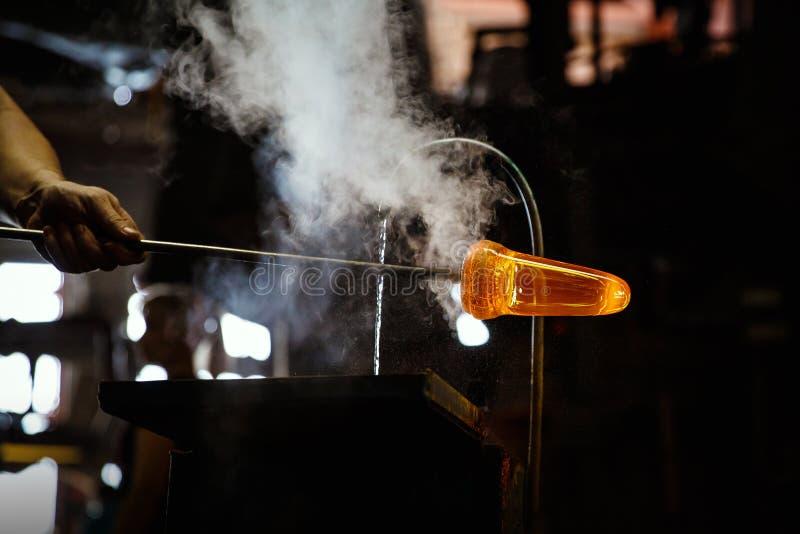 Стеклянная воздуходувка формируя часть стекла, водяное охлаждение стоковая фотография