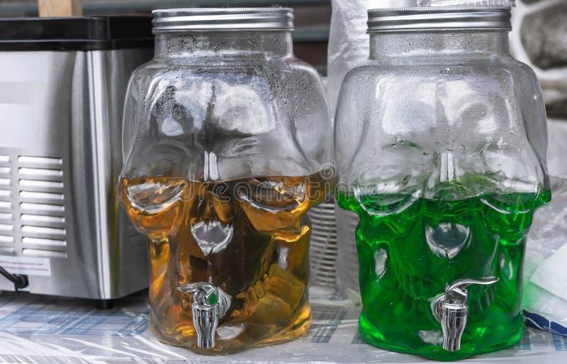 Стеклянная емкость в форме черепа для крутых напитков в форме Череп контейнеры с пестротканым лимонадом стоковая фотография