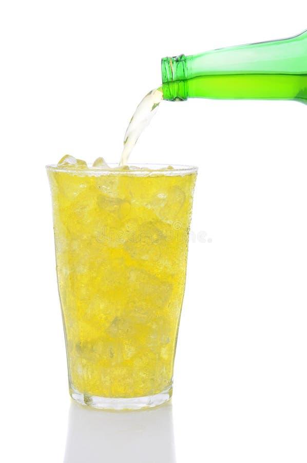стеклянная известка лимона льет соду стоковое изображение