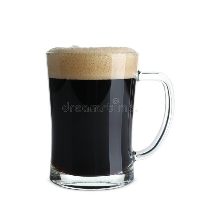 Стеклянная кружка с холодным темным пивом стоковые изображения