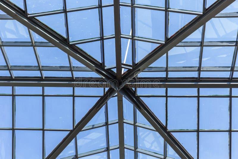 Стеклянная крыша с рамкой металла для светлого пропуска до конца в здании стоковое изображение rf