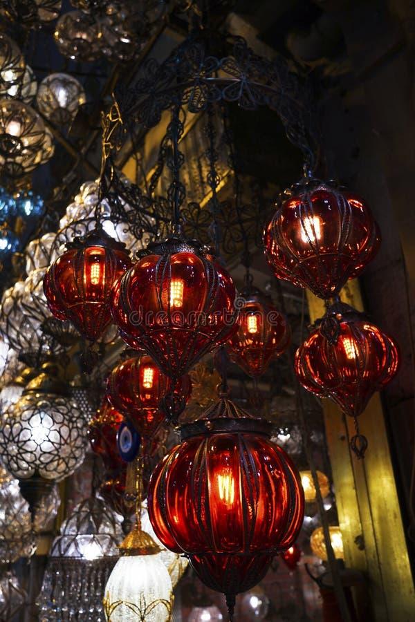 Стеклянная люстра выглядит как стеклянные фонарики модна на Стамбуле стоковое фото