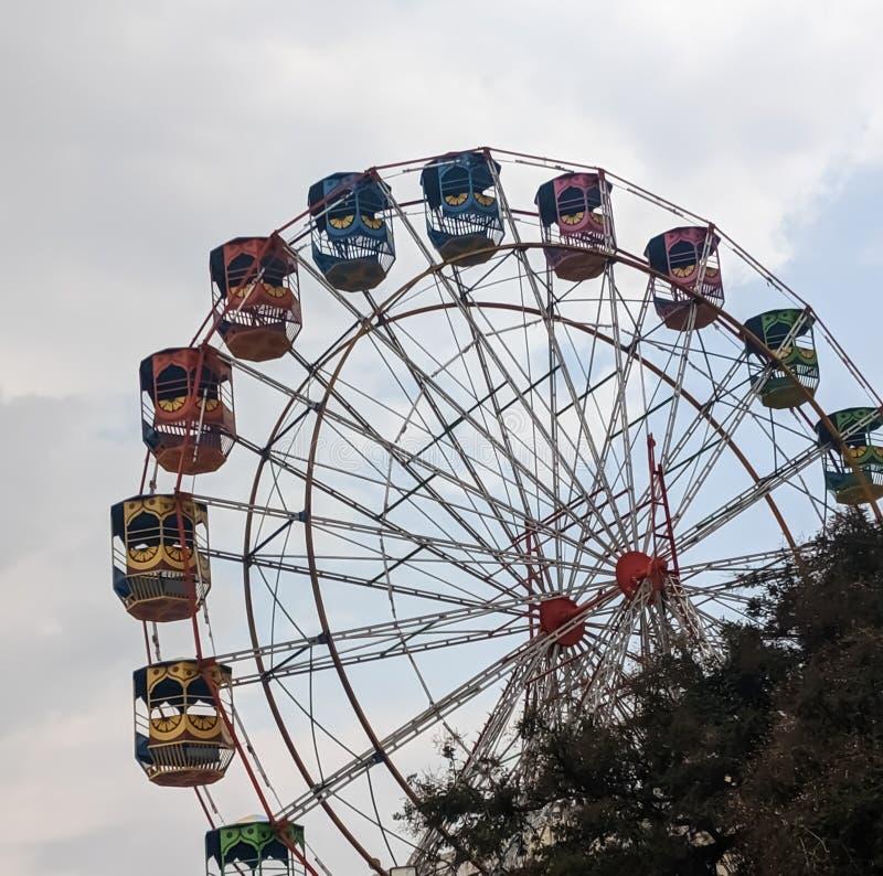 Стеклянное колесо на фестивале с цветной игровой площадкой стоковые изображения rf