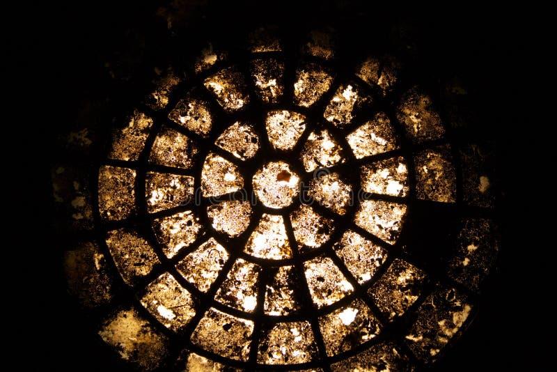 стеклянное старое круглое запятнанное окно стоковые изображения rf