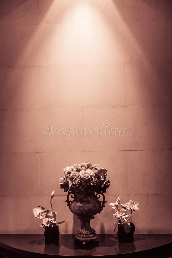 Стеклянное украшение вазы и цветков с фарой Украшение гостиничного номера с фарой загорается к цветкам в стеклянной вазе стоковая фотография