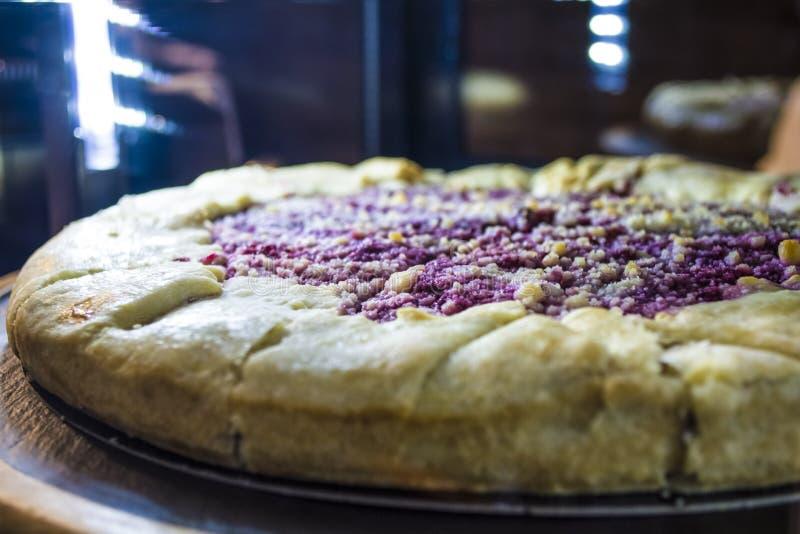 Стеклянное шоу-окно с освещением в кофейне с частями вкусного пирога Вкусные помадки Торт стоковые изображения