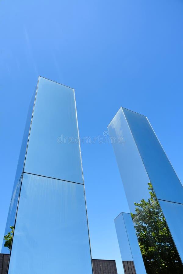 Стеклянные башни отражая ясное голубое небо стоковое изображение rf