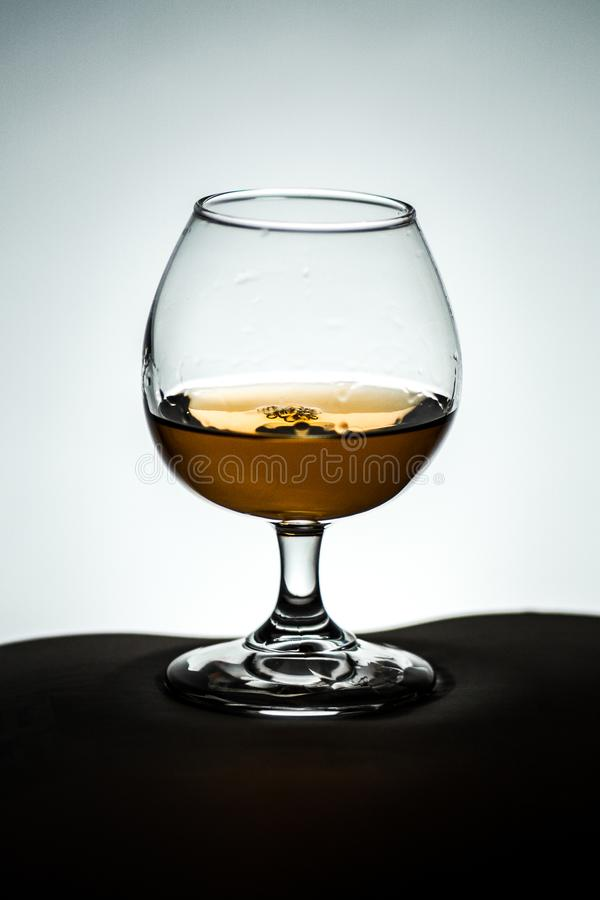Стеклянные белые блюда виньетки предпосылки с чаем спирта коньяка стоковое фото rf