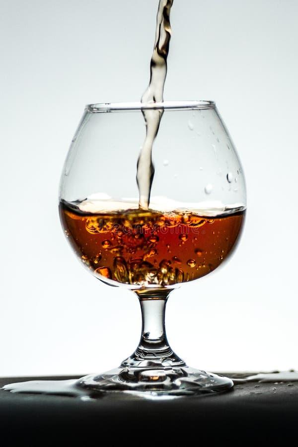 Стеклянные белые блюда виньетки предпосылки с чаем спирта коньяка стоковые изображения rf