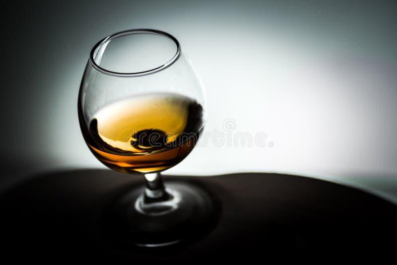 Стеклянные белые блюда виньетки предпосылки с чаем спирта коньяка стоковые фотографии rf