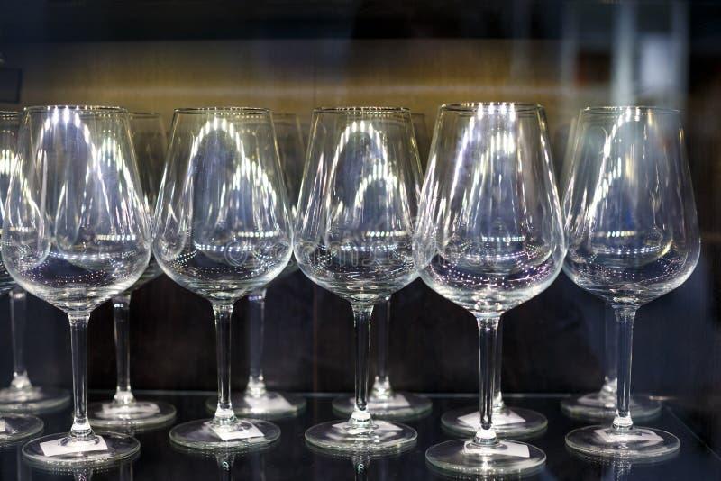 Стеклянные бокалы стоят в ряд стоковое изображение rf