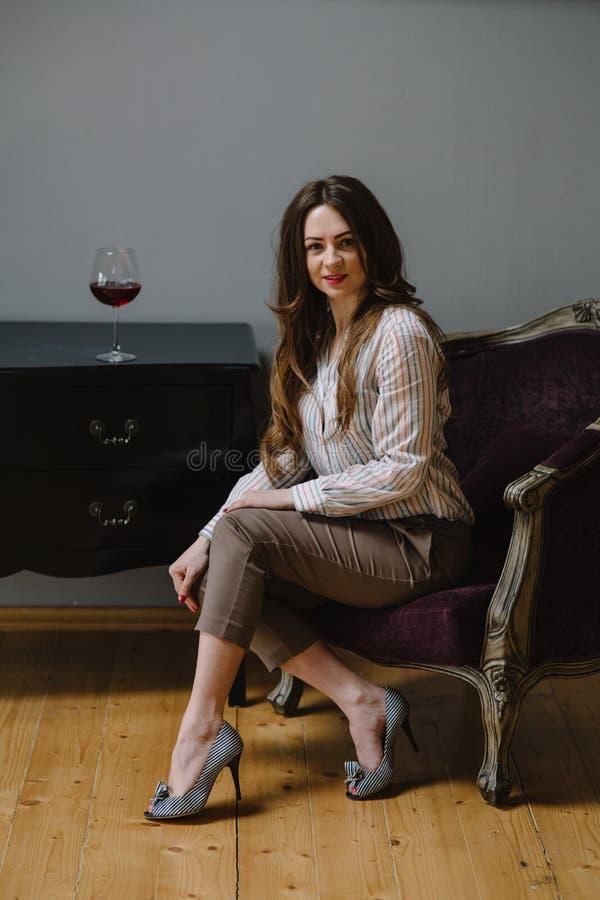стеклянные детеныши женщины вина стоковые фото