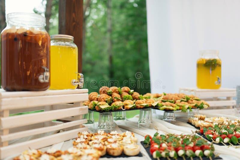Стеклянные опарникы лимонада на шоколадном батончике свадьбы catering Напитки на свадебном банкете Свадьба лета в лесе стоковое фото