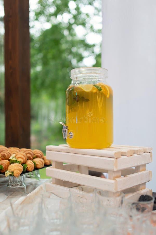 Стеклянные опарникы лимонада на шоколадном батончике свадьбы catering Напитки на свадебном банкете Свадьба лета в лесе стоковая фотография rf