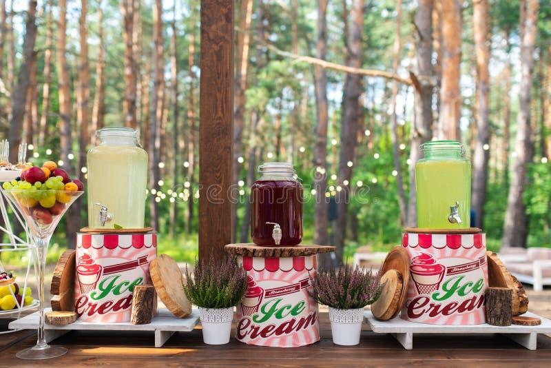 Стеклянные опарникы лимонада на шоколадном батончике свадьбы catering Напитки на свадебном банкете Свадьба лета в лесе стоковые фотографии rf