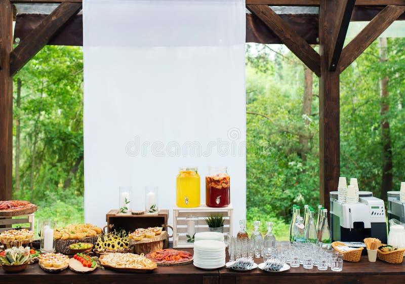 Стеклянные опарникы лимонада на шоколадном батончике свадьбы catering Напитки на свадебном банкете Свадьба лета в лесе стоковое изображение rf