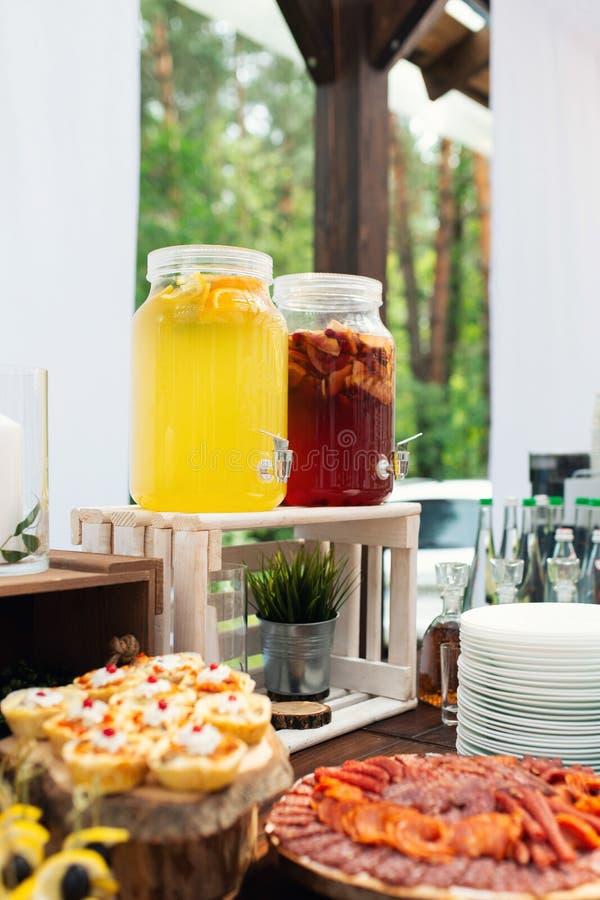 Стеклянные опарникы лимонада на шоколадном батончике свадьбы catering Напитки на свадебном банкете Свадьба лета в лесе стоковые изображения
