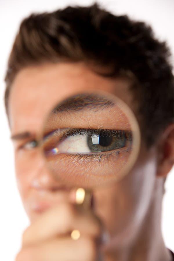 стеклянные увеличивая детеныши человека стоковое фото