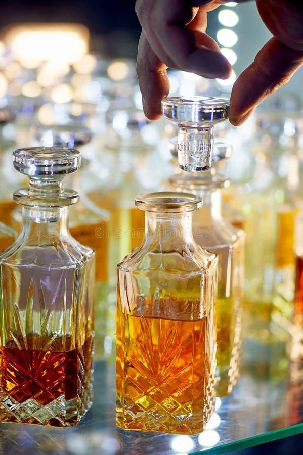 Стеклянные флаконы духов основали масла Базар, рынок стоковая фотография