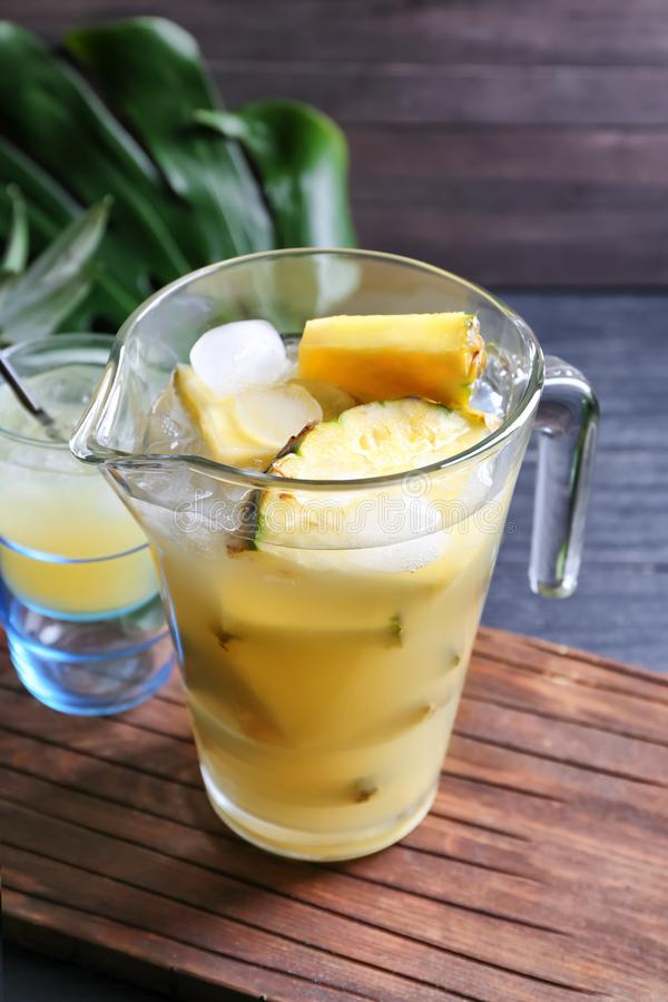Стеклянный кувшин с вкусным свежим соком ананаса на таблице стоковые фотографии rf