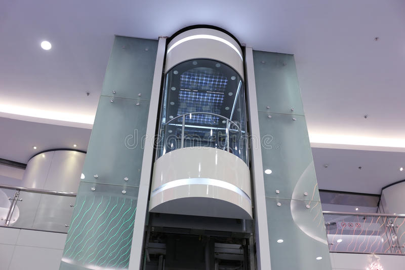 Стеклянный лифт стоковое фото