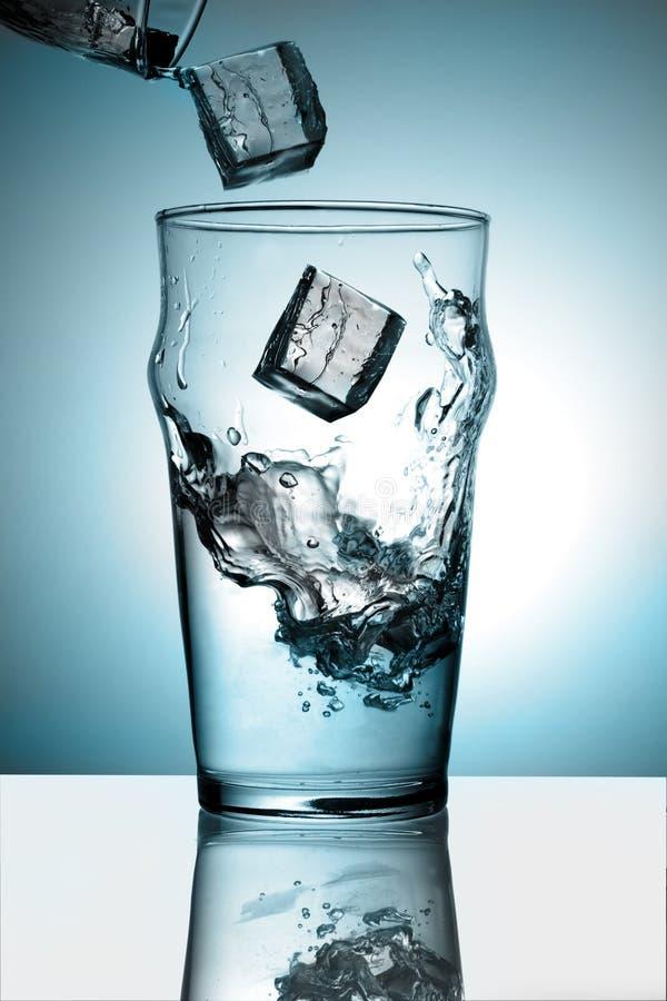 стеклянный льдед брызгая воду стоковое изображение rf