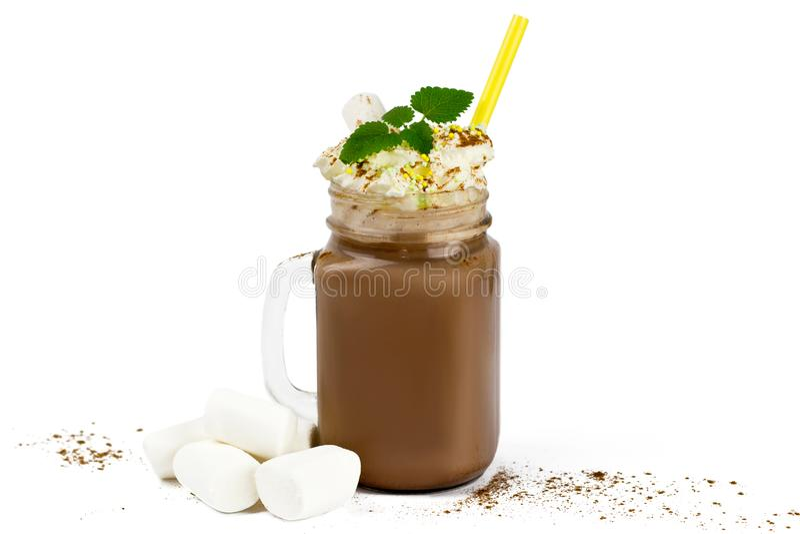 Стеклянный опарник с какао или горячим шоколадом и зефиром стоковая фотография