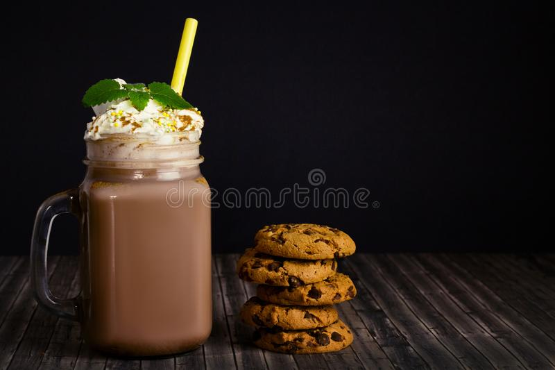 Стеклянный опарник с какао и печеньями стоковая фотография rf