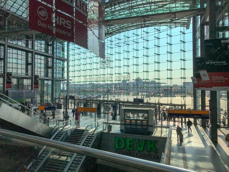 Стеклянный фронт Берлина Hauptbahnhof как увидено from inside стоковые изображения rf