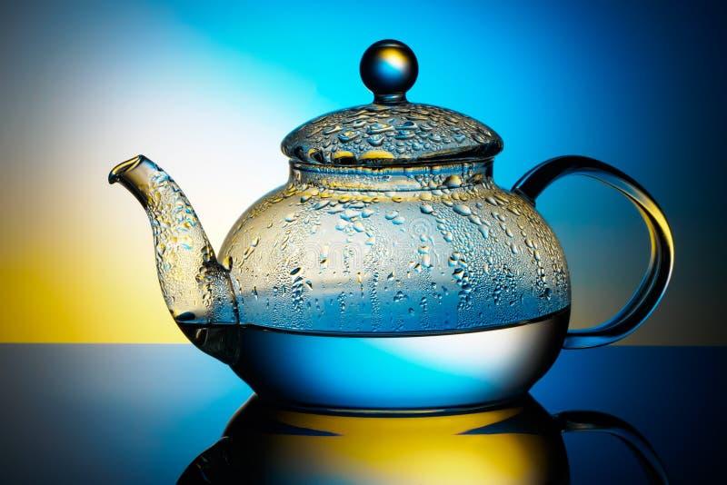 Стеклянный чайник с кипятком и падениями конденсации стоковое фото rf
