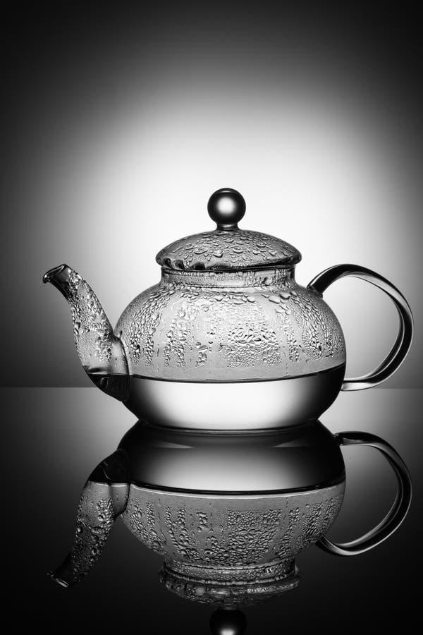 Стеклянный чайник с кипятком и падениями конденсации стоковая фотография