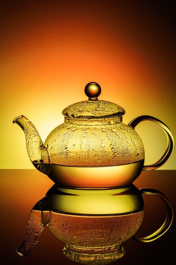 Стеклянный чайник с кипятком и падениями конденсации стоковое изображение