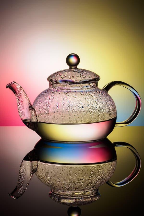 Стеклянный чайник с кипятком и падениями конденсации стоковое фото