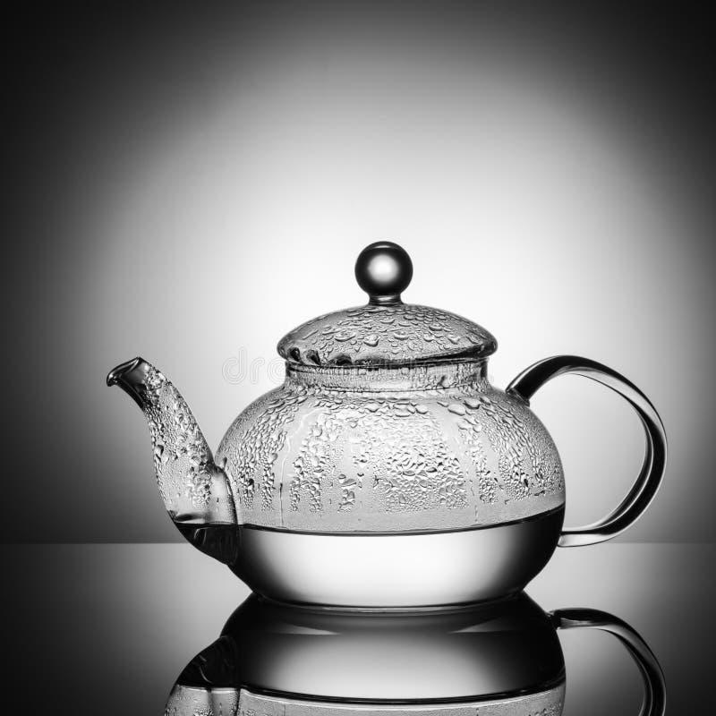 Стеклянный чайник с кипятком и падениями конденсации стоковые фото