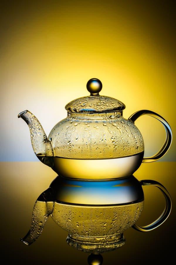Стеклянный чайник с кипятком и падениями конденсации стоковые изображения rf