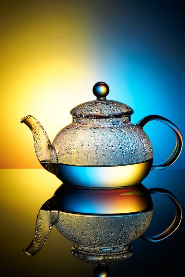 Стеклянный чайник с кипятком и падениями конденсации стоковые изображения