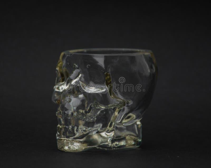 Стеклянный череп на черной предпосылке стоковые изображения rf