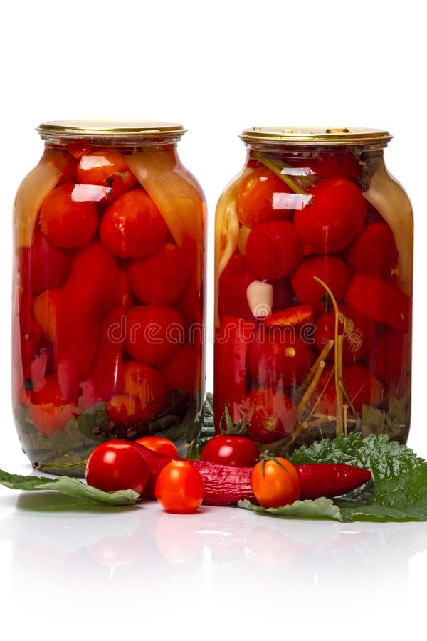 2 стеклянных опарника законсервированных томатов и свежего овоща стоковые изображения rf