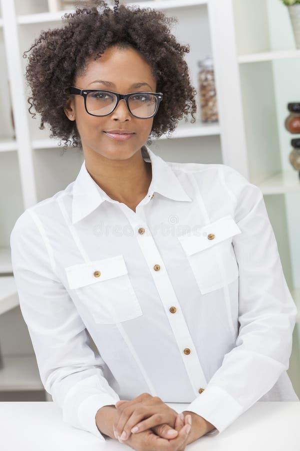 Стекла Афро-американской девушки смешанной гонки нося стоковое фото rf