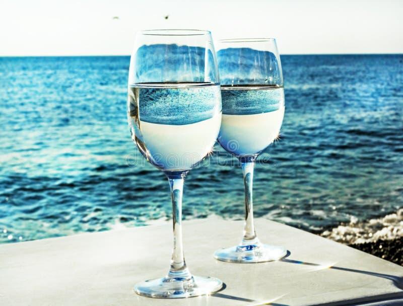 2 стекла вина на пляже стоковое фото rf