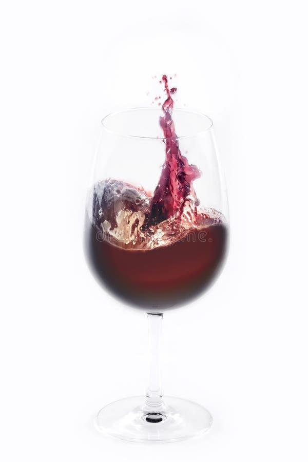 стекла вино вне красное брызгая стоковое изображение rf