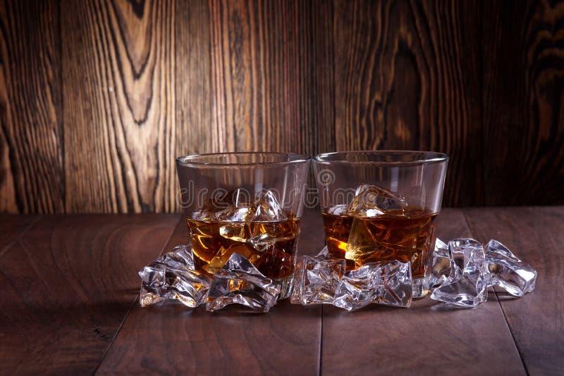 Стекла вискиа на деревянной предпосылке стоковые фото