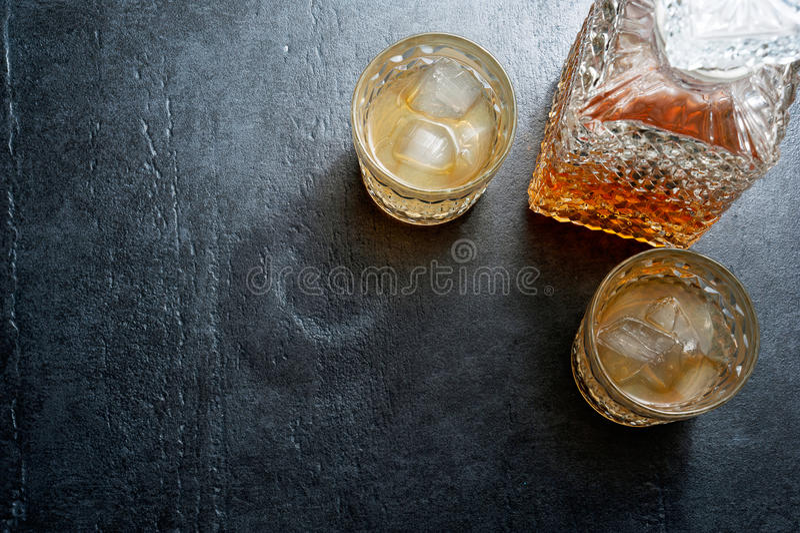 Стекла вискиа с кубами льда на каменной таблице Взгляд сверху стоковые изображения rf
