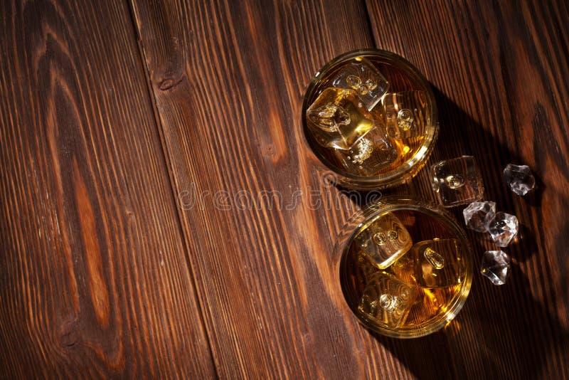 Стекла вискиа с льдом на древесине стоковое фото