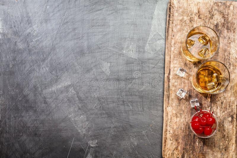 Стекла вискиа с льдом стоковая фотография